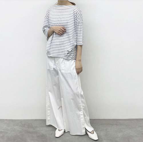 大人女性がTシャツコーデを上品に仕上げたい日の一枚。page-visual