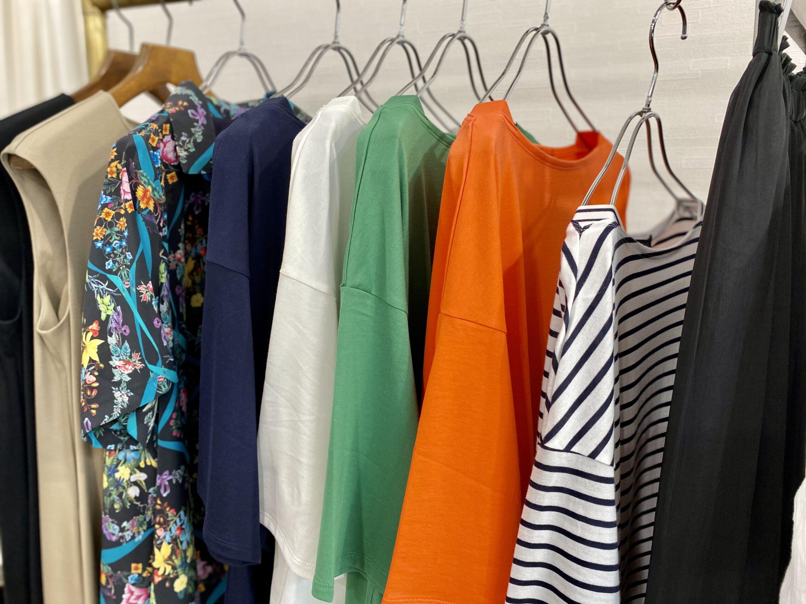 "<span class=""title"">大人女性がTシャツコーデを上品に仕上げたい日の一枚。</span>"